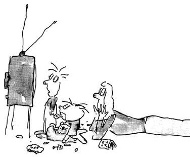 Мама и два ребенка смотрят телевизор