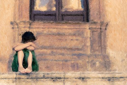 Одинокий застенчивый ребенок